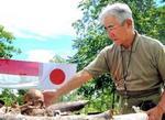 火葬のために集められた日本兵の骨を、岩渕宣輝さんはそっと撫でた